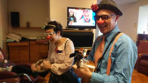 Fiesta navideña a cargo de Xarop Clown en el centro Maria Gay de Girona