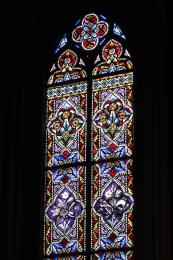 Detall d'una de les vidrieres de la preciosa capella del centre