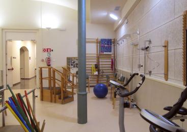 El gimnàs està completament equipat amb les màquines i objectes necessaris per fer manteniment o rehabilitació