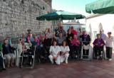 Foto de grup de la matinal de Gimcana al Centre Maria Gay per celebrar el Dia Internacional de la Gent Gran