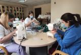 Voluntàries treballadores del Centre fent mascaretes de roba per tots nosaltres