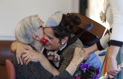 Teràpia amb pallassos per a gent gran. Centre Geriàtric Maria Gay
